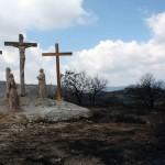 Las cruces de la Cueva Santa se salvaron del incendio. Ana Monleón